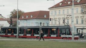 PRAGUE TJECKISK republik Oktober 25, 2017: Modern Skoda Praha spårväg som ankommer på spårvagnstoppet i mitten av Prague stock video