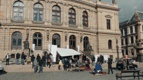 PRAGUE TJECKISK republik Oktober 26, 2017 som filmar en film En filmbesättning på gatan arbetar på en etapp i en film stock video