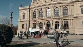 PRAGUE TJECKISK republik Oktober 26, 2017 som filmar en film En filmbesättning på gatan arbetar på en etapp i en film lager videofilmer