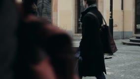 PRAGUE, TJECKISK republik Oktober 26, 2017, stilig manmusiker Playing The Guitar och sjungande musik En gatamusiker lager videofilmer