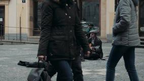 PRAGUE, TJECKISK republik Oktober 26, 2017, stilig manmusiker Playing The Guitar och sjungande musik En gatamusiker stock video