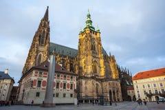 24 01 2018 Prague, tjeckiska Rebublic - turister besöker St Vitus Cath Arkivfoto
