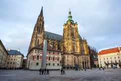 24 01 2018 Prague, tjeckiska Rebublic - turister besöker St Vitus Cath Arkivbild