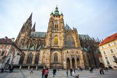 24 01 2018 Prague, tjeckiska Rebublic - turister besöker St Vitus Cath Royaltyfri Foto