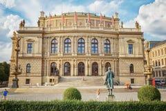 Prague tjeckiska Republik-Augusti 02 2017: Byggnaden av Rudolfinum som det finns ett filharmoniskt samhälle och museer i arkivfoton