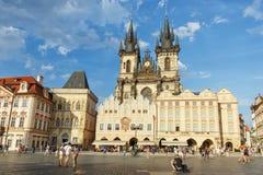 Prague tjeckiska Republik-Augusti 02 2017: Sikt av den gamla stadfyrkanten och den Tyn kyrkan arkivbild