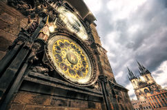 Prague torn och astronomisk klocka på det gamla stadshuset royaltyfria bilder