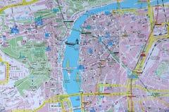 Prague turist- handbok, närbildsikt av översikten Arkivbilder