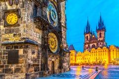 Prague, Tyn kyrklig och gammal stadfyrkant Arkivfoto