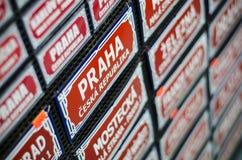 Prague undertecknar den traditionella gatan souvenir Royaltyfria Foton