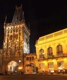 Prague vid natt: Pulvertorn royaltyfri bild