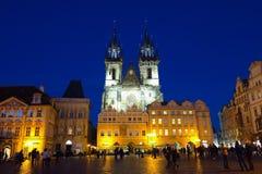 Prague, vieille église de Tyn de place de République Tchèque la nuit Photos stock