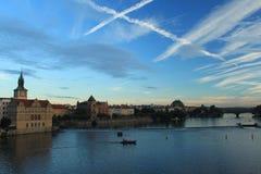 prague Vue de Charles Bridge au coucher du soleil Carrefours bien aérés Images stock