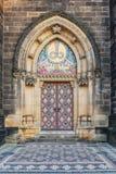 Prague Vysehrad som dekoreras dörren av domkyrkan royaltyfria bilder