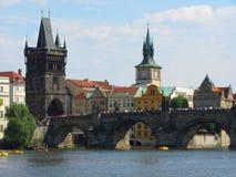 Pragues塔、城堡和查尔斯桥梁看法  免版税库存图片