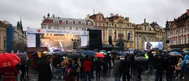 Praha, república checa - 28 de outubro de 2018: concerto no quadrado do namesti de Staromestske com os povos sob guarda-chuvas no fotos de stock