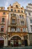 Praha Tjeckien, Maj 10, 2012: Hus på gammal stadfyrkant I royaltyfri bild