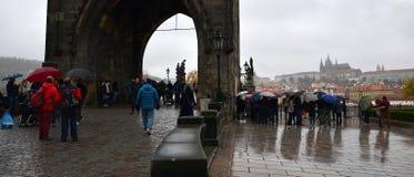 Praha Tjeckien - Oktober 28, 2018: folk med umrella på Karluv mest charles bro i regnig dag av hundraårsdagen av funnen arkivbild