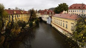 Praha Tjeckien - Oktober 28, 2018: Kampa beskådade från Karluv mest charles bro i regnig dag av hundraårsdagen av grunda av fotografering för bildbyråer