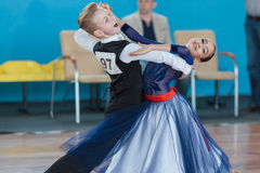 Prahov Ivan och Sapkevich Ekaterina Perform Youth-2 standart program Arkivbild