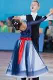 Prahov Ivan och Sapkevich Ekaterina Perform Youth-2 standart program Arkivfoto