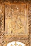 Prahova, Roemenië - Maart 30, 2019: Gesneden houten pictogram van Maagdelijke die Mary en baby Jesus bij Pisiota-Klooster in Poie stock fotografie
