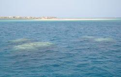 A praia é uma ilha coral no Mar Vermelho Imagem de Stock Royalty Free