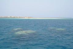 A praia é uma ilha coral no Mar Vermelho Imagens de Stock Royalty Free