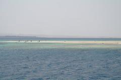 A praia é uma ilha coral no Mar Vermelho Imagens de Stock