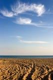 Praia abandonada com trilhas fotografia de stock