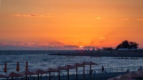 Praia abandonada em uma noite do ver?o durante o por do sol foto de stock royalty free