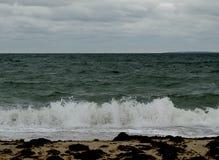 Praia abandonada no seascape do inverno imagem de stock royalty free