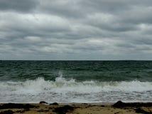 Praia abandonada no seascape do inverno foto de stock