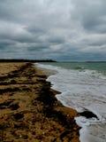 Praia abandonada no seascape do inverno imagens de stock royalty free