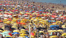 Praia aglomerada fotos de stock royalty free