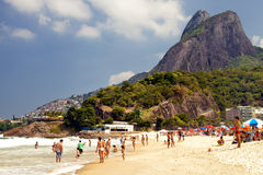 Praia aglomerada biquini Rio de janeiro de Ipanema, Brasil fotografia de stock