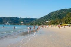 Praia aglomerada com turistas, Phuket de Patong, Tailândia Foto de Stock