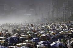Praia aglomerada de Ipanema em Rio de janeiro imagens de stock