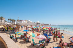 Praia aglomerada em Cadiz Fotos de Stock