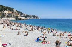 Praia aglomerada na cidade de agradável, França Foto de Stock