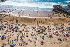 Praia aglomerada nas horas de verão imagem de stock