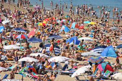 Praia aglomerada no verão Fotos de Stock Royalty Free