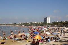 Praia aglomerada no verão Fotos de Stock