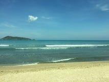 Praia agradável no dia ensolarado fotografia de stock royalty free