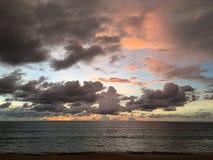 Praia ajustada do sol nebuloso Foto de Stock Royalty Free