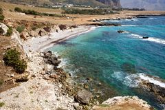 Praia ao longo do seacoast rochoso Fotografia de Stock