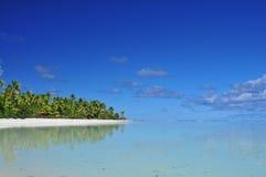 Praia, areia e palmeiras de Aitutaki Foto de Stock Royalty Free