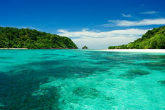 Praia, areia, mar na ilha do paraíso. Imagens de Stock Royalty Free
