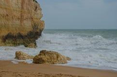 Praia arenosa famosa de Praia de Benagil perto de Lagos, Portugal Fotografia de Stock
