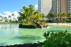 Praia artificial de Waikiki com fundo incrível dos arranha-céus foto de stock royalty free